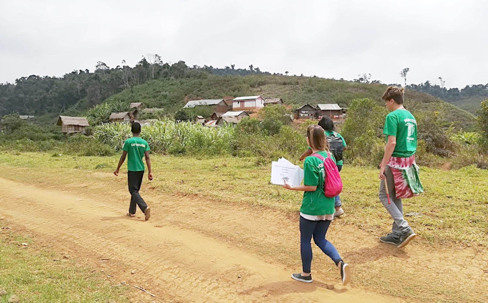 マダガスカルの田舎での公衆衛生活動に向かうインターンたち